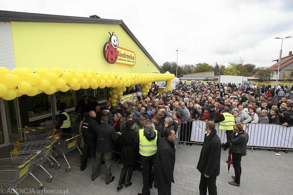 Otwarcie dwutysięcznego sklepu Biedronka. Łódź, ul. Rokicińskiej, 8 października 2012
