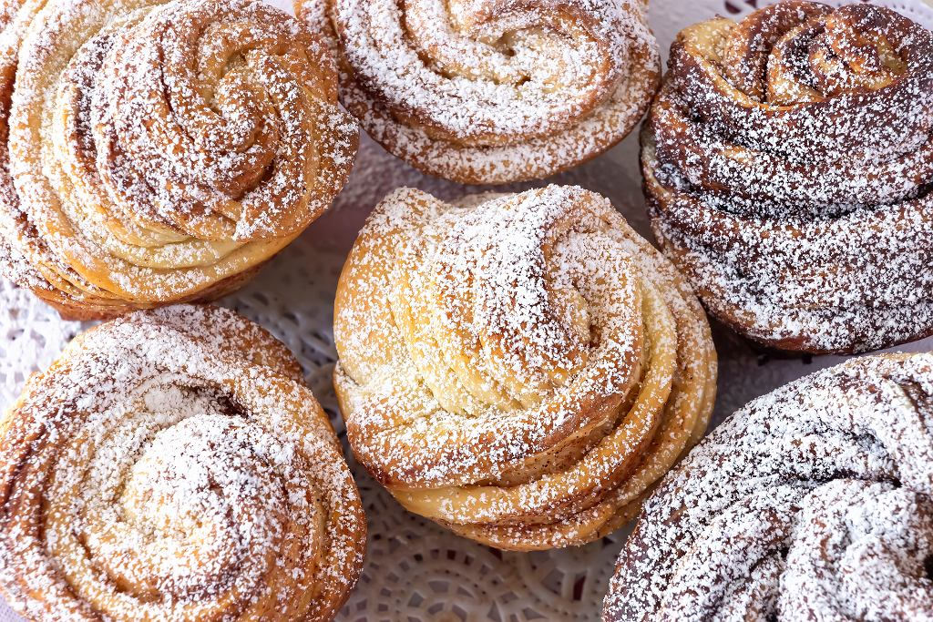 Cruffiny to połączenie muffinów i croissantów. Efekt? Niebo w gębie