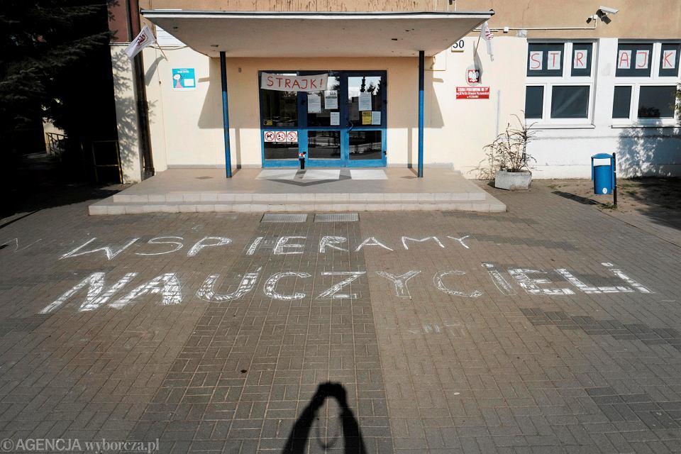 Napis 'Wspieramy nauczycieli' przed szkołą podstawową przy ul. Dmowskiego w Poznaniu