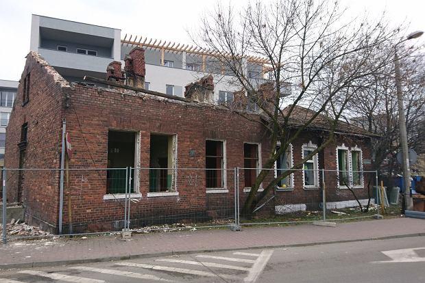 Zdjęcie numer 0 w galerii - Znika dom z czerwonej cegły przy dawnym supermarkecie [ZDJĘCIA]
