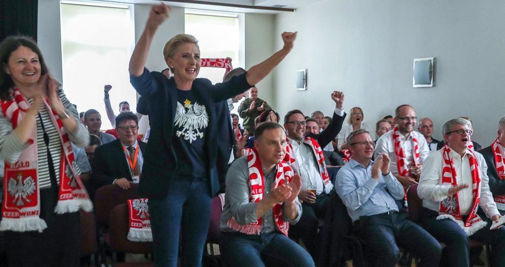 Łotwa. Agata Duda z mężem ogląda mecz Polska-Japonia