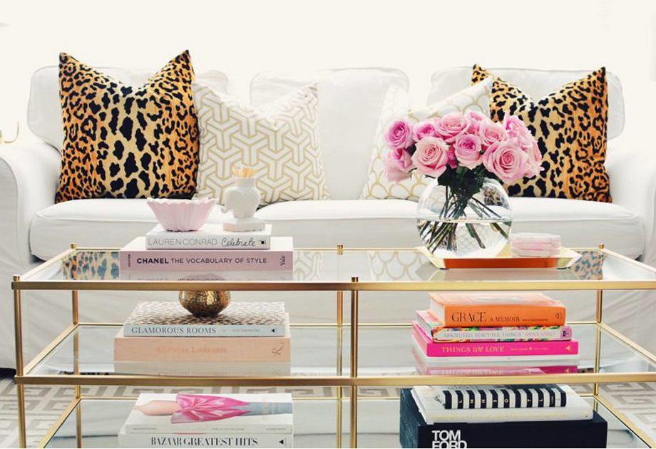Książki jako dekoracja stolika kawowego