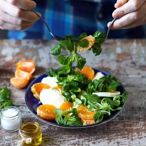 Roszponka świetnie smakuje z sezonowymi owocami i serem