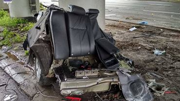 Wypadek na ul. Witosa w Lublinie. Samochód osobowy marki Chevrolet rozpadł się na dwie części