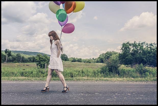 Życie singielki, to nie tylko podskakiwanie z balonikami  (Fot. CC0/www.gratisography.com)