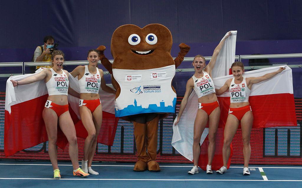 Polska sztafeta 4 x400 metrów na trzecim miejscu w halowych mistrzostwach Europy w Toruniu. Od lewej: Kornelia Lesiewicz, Natalia Kaczmarek, Małgorzata Hołub-Kowalik i Aleksandra Gaworska