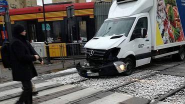 Samochód dostawczy uderzył w tramwaj