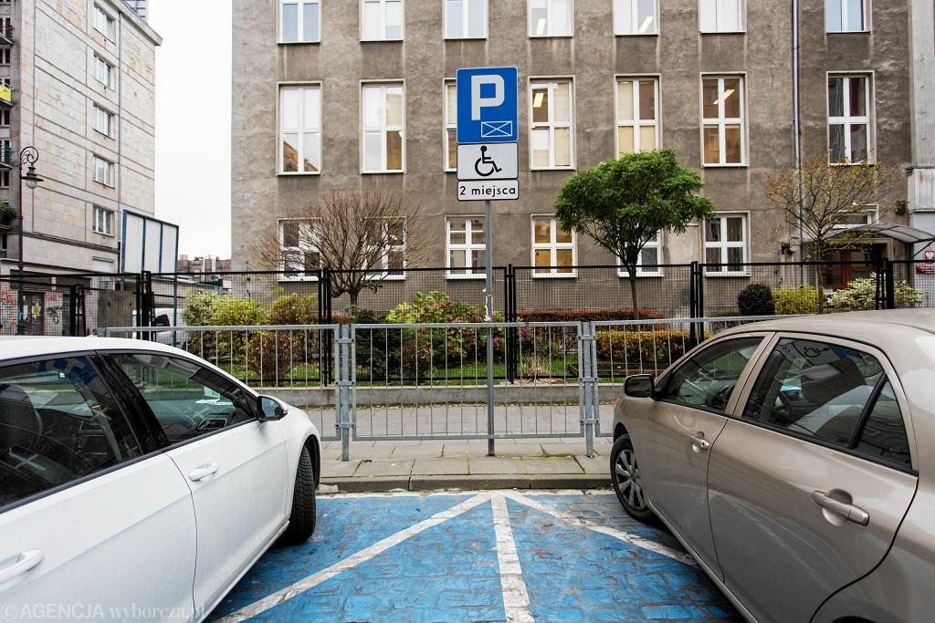 Miejsce postojowe dla niepełnosprawnych wymalowane farbą na brukowanej Smolnej