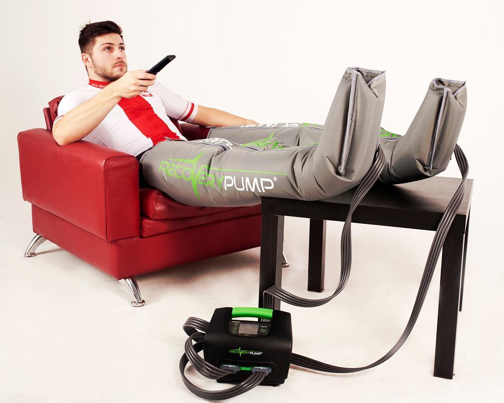 Mateusz Rudyk w butach do regeneracji RecoveryPump