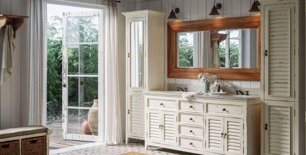 Drewniane meble w białej aranżacji tworzą urokliwy klimat pomieszczenia.