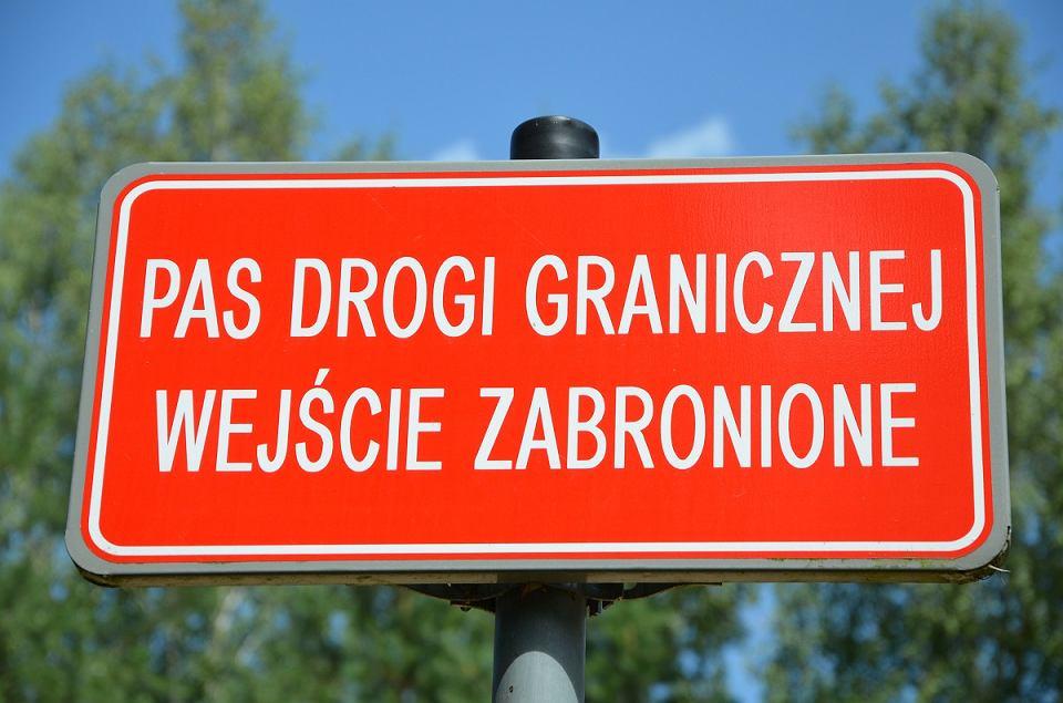 Znak informujący o zakazie wchodzenia na pas drogi granicznej