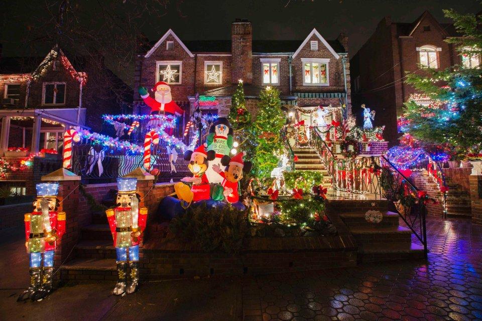 Tysiące lampek, świecące renifery, choinki i mikołaje - tak mieszkańcy dzielnicy Nowego Jorku postanowili udekorować swoje domy na Boże Narodzenie. Na zdjęciu: domy w rejonie Dyker Heights.