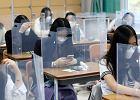 Pandemia szaleje, ale świat próbuje wracać do szkół. Z różnym skutkiem