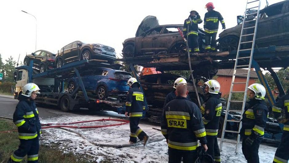 Dzięki akcji strażaków udało się uratować część z przewożonych na lawecie samochodów