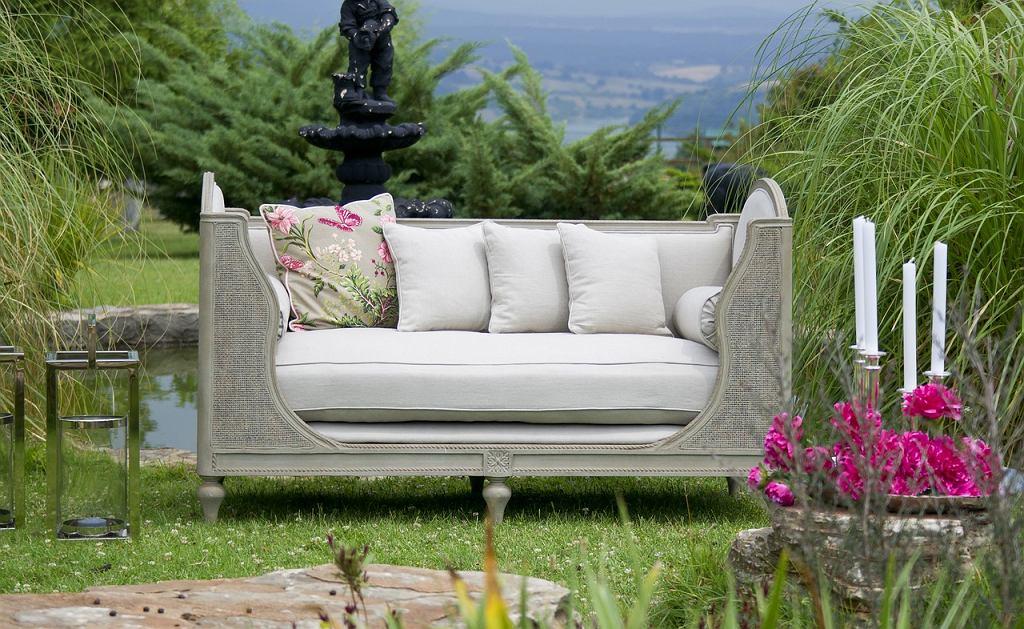 Poduszki do ogrodu. Zdjęcie ilustracyjne