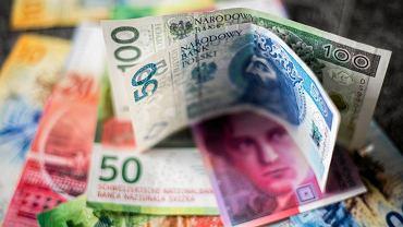 Kursy walut 30.04. Złoty w górę, główne waluty w dół [Kurs dolara, funta, euro, franka]