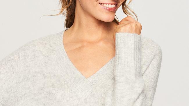 sweter w neutralnym odcieniu