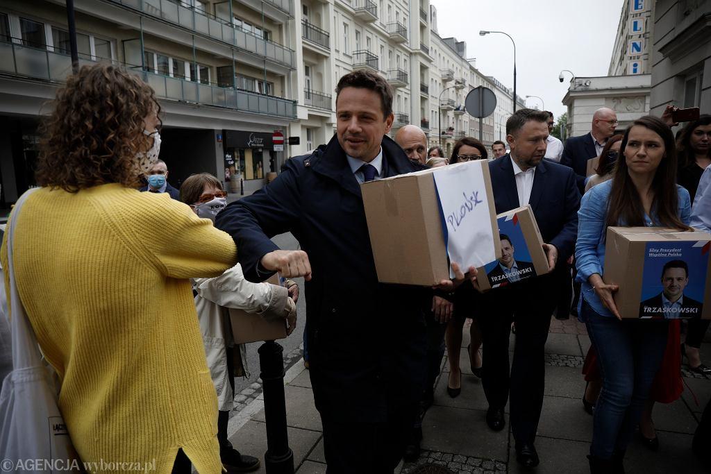 Sztab Rafała Trzaskowskiego składa podpisy do PKW