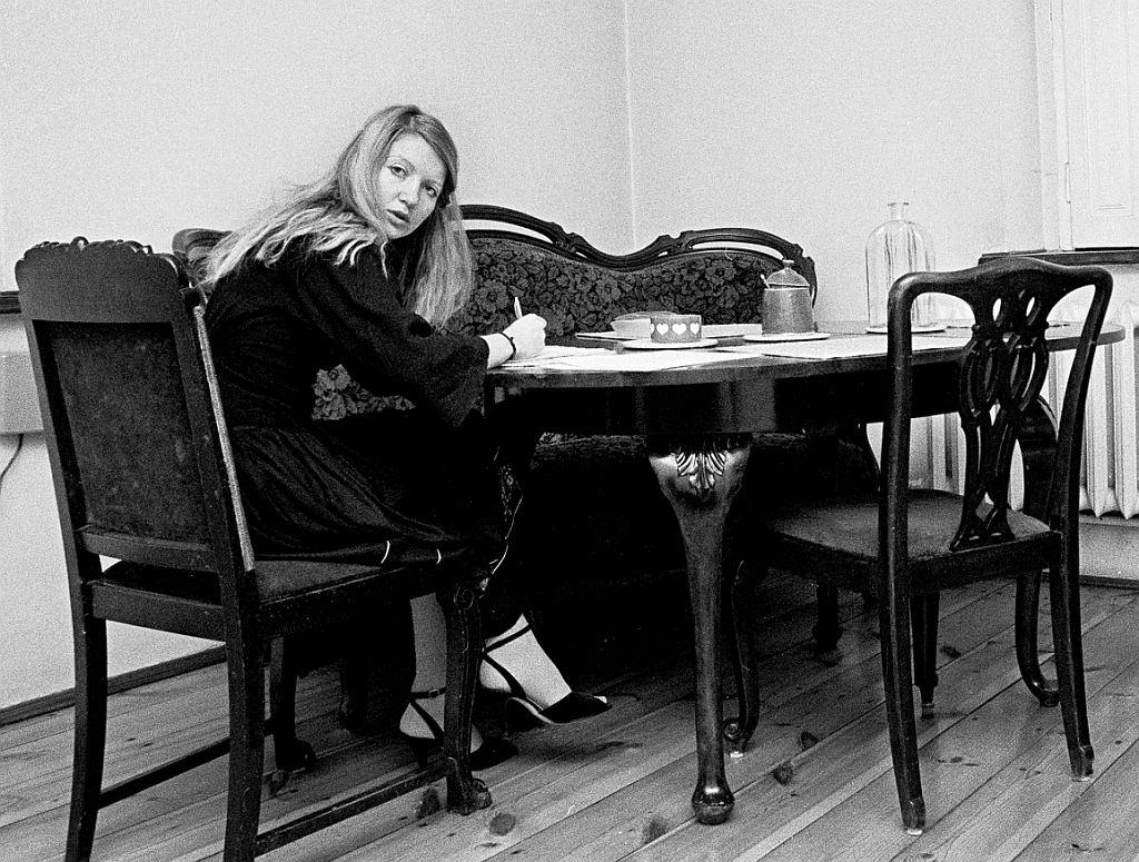 Małgorzata Niezabitowska przy pisaniu dziennika, tuż przed Sylwestrem 1981 r. (fot. Tomasz Tomaszewski)