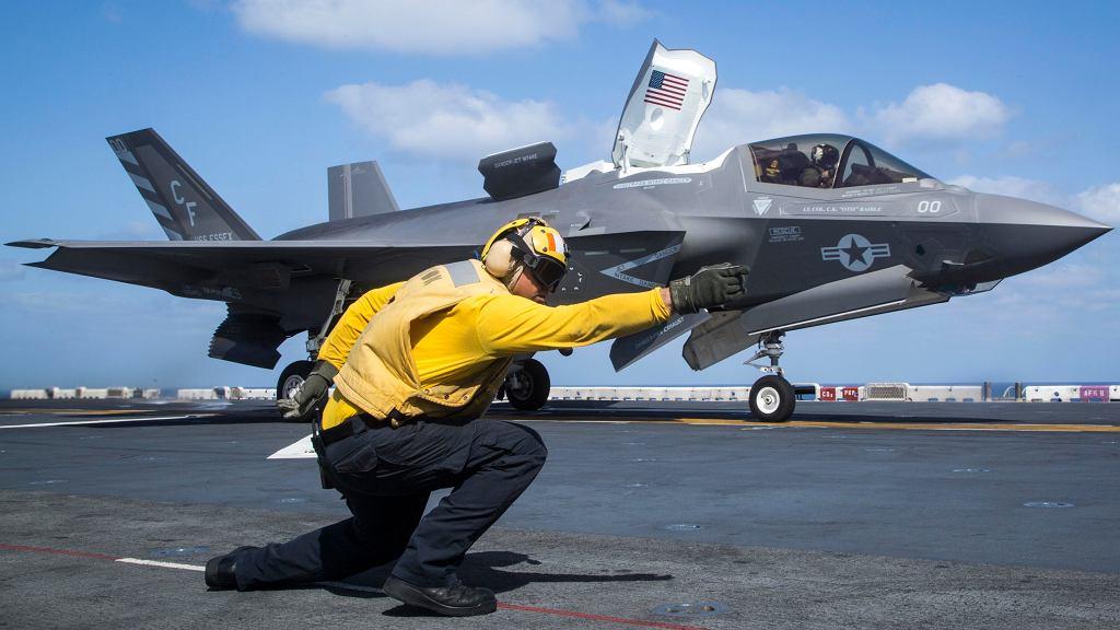 F-35B gotowy do startu. Widać otwarte pokrywy wentylatora w kadłubie i wygiętą w dół dyszę silnika