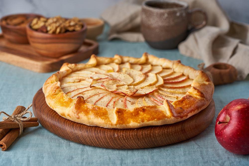 Tarta z jabłkami. Zdjęcie ilustracyjne
