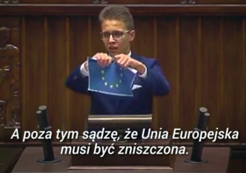 Posiedzenie Sejmu Dzieci i Młodzieży z okazji 1 czerwca. Młody 'poseł' drze flagę Unii Europejskiej