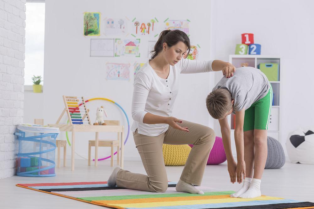 Ćwiczeń na skoliozę jest bardzo dużo i można dowolnie wybierać wśród tych, które bardziej przypadną dziecku do gustu. Wszystkie ćwiczenia mają na celu wyeliminowanie przykurczy mięśni, przyczyniających się powstawania, a także utrwalania skoliozy.