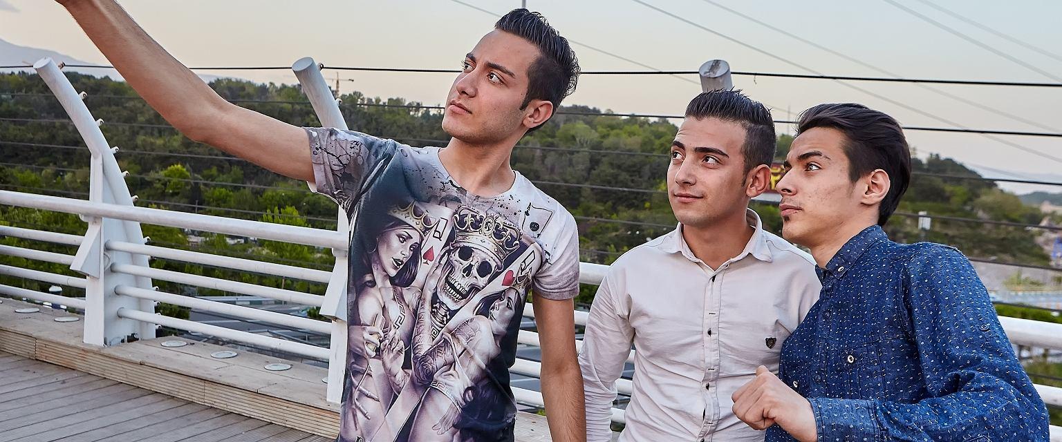 Irańczycy kreują się na subtelnych wrażliwców, co jeszcze podbija ich dbałość o urodę (fot. Shutterstock)