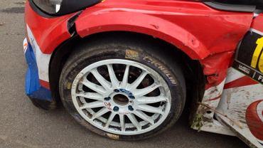 Uszkodzone koło w Fordzie Fiesta WRC Roberta Kubicy