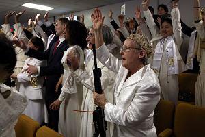 Do kościoła z karabinem. Wyznawcy tego odłamu wierzą, że broń to boski przedmiot