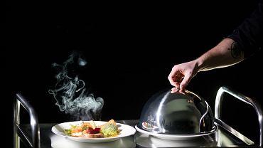 W Different, restauracji w ciemności, są zatrudnione niewidome osoby, np. kelnerzy.