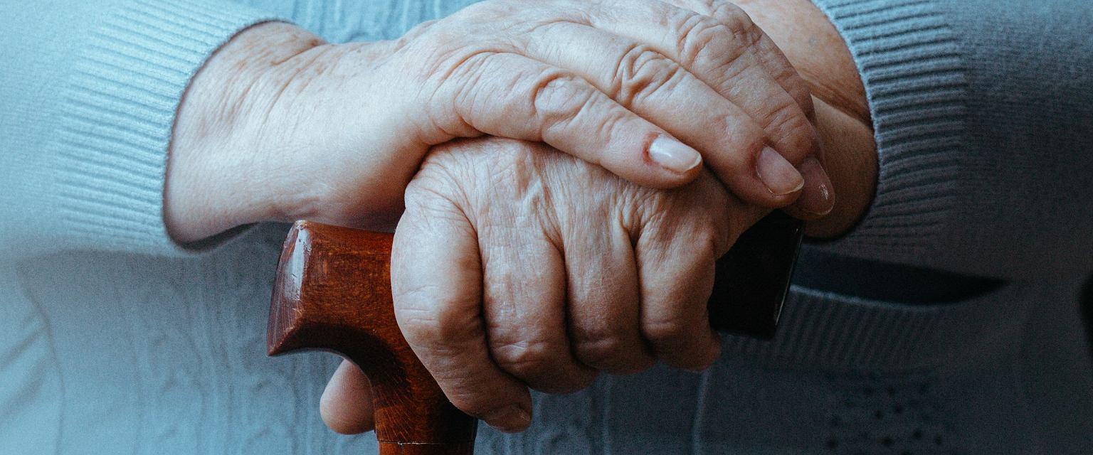 Trudno pogodzić się z starzeniem się bliskiej osoby, zwłaszcza kiedy zaczyna się z nią tracić kontakt. (Fot. Shutterstock)
