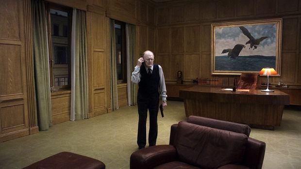 Kadr z filmu 'Gołąb przysiadł na gałęzi i rozmyśla o istnieniu'