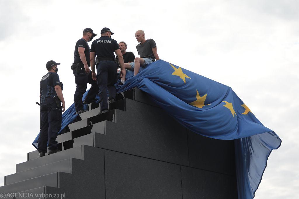 Happening Lotnej Brygady Opozycji na Pomniku Smoleńskim w Warszawie