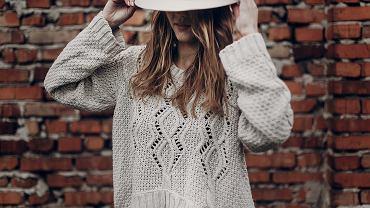 Swetry damskie na jesień 2020 to przede wszystkim modele ciepłe i wygodne. Zdjęcie ilustracyjne