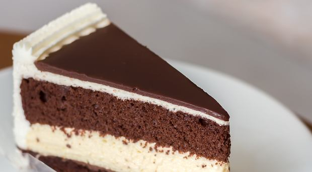 """Kokosowo-kakaowy deser na każdą okazję. Ciasto """"Noc w Wenecji"""" podbija serca i podniebienia"""