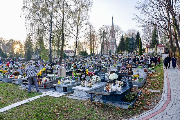 Zdjęcie numer 17 w galerii - 1 listopada w Bielsku-Białej. Kwiaty, wieńce i znicze na grobach [ZDJĘCIA]