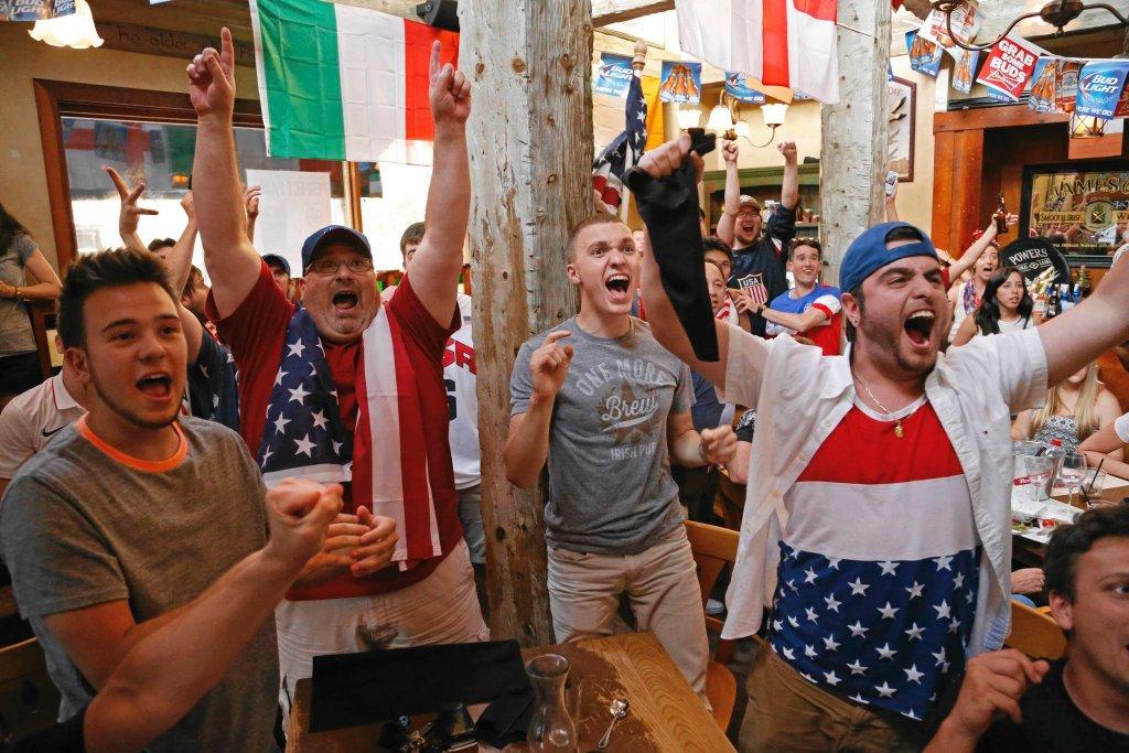 Fani USA wspólnie oglądają mecz z Portugalią (2:2) w The Claddagh Irish Pub w Pittsburghu