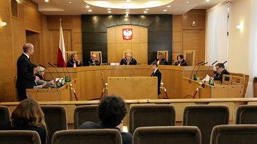 Ograniczenie swobody zrzeszania się w związkach zawodowych jest niezgodne z konstytucją - orzekł we wtorek Trybunał Konstytucyjny.