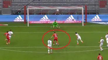 Robert Lewandowski strzela gola z Eintrachtem Frankfurt