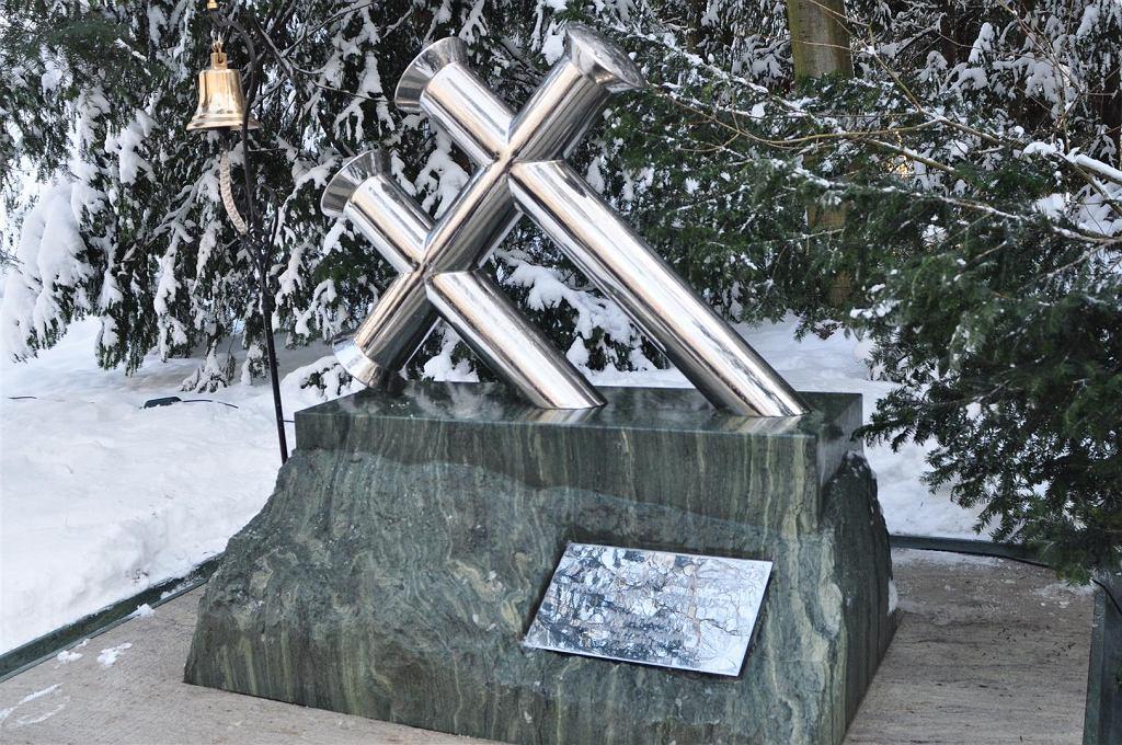 Pomnik poświęcony ofiarom katastrofy, stojący na cmentarzu w Szczecinie