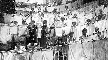 Rok 1905, uczennice niemieckiej szkoły dla służących podczas nauki wieszania prania. W 1930 r. w piśmie 'Bluszcz' ukazał się list pani Elżbiety, która z zazdrością pisała o niemieckich, wykwalifikowanych służących, utyskując na nasze, które potrafią ugotować tylko dwie wodniste zupy, zrobić kotlety i pieczeń stale przydymioną i przynieść ciastka z cukierni, bo na leguminę nigdy czasu nie ma, a uczą się tylko, jak używać pudru i szminki, strzyc sobie włosy 'a la garçonne' i zaczynają nosić cieliste, jedwabne pończochy.