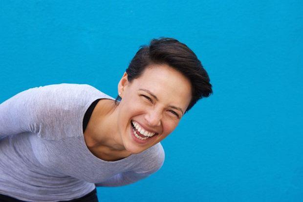 Jak poważna kobieta może co chwila wybuchać śmiechem? I to niepohamowanym, z brzucha i do łez