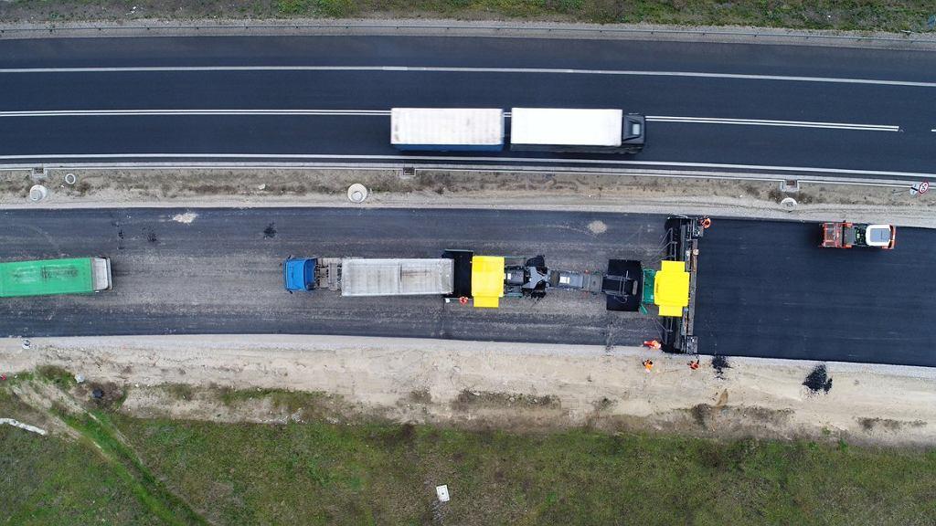 Budowa drogi S5. Wykonywanie nawierzchni między Szubinem a Żninem