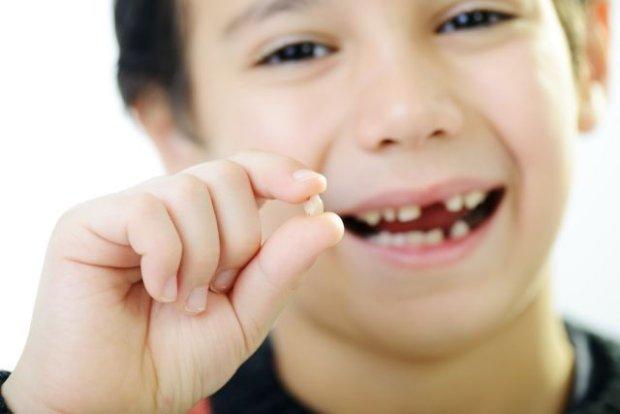 Dziecku wypadają mleczne zęby - czego się spodziewać? [WYWIAD Z DENTYSTĄ]