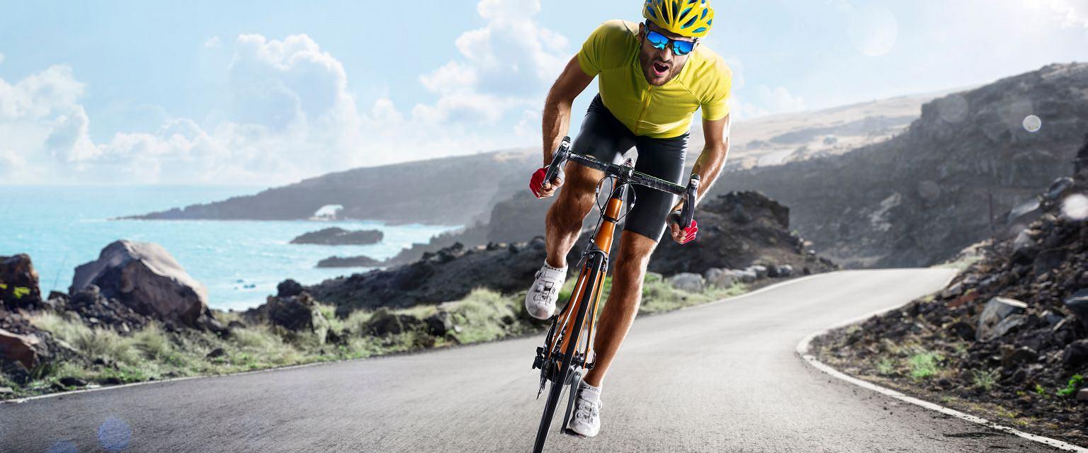 Faceci w peletonie wyjmujący smartfony, aby udokumentować rowerowe postępy, to Bicycle Boys (shutterstock.com)