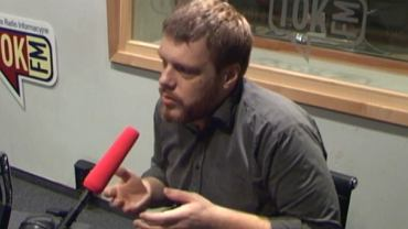 Adrian Zandberg w studiu radia TOK FM