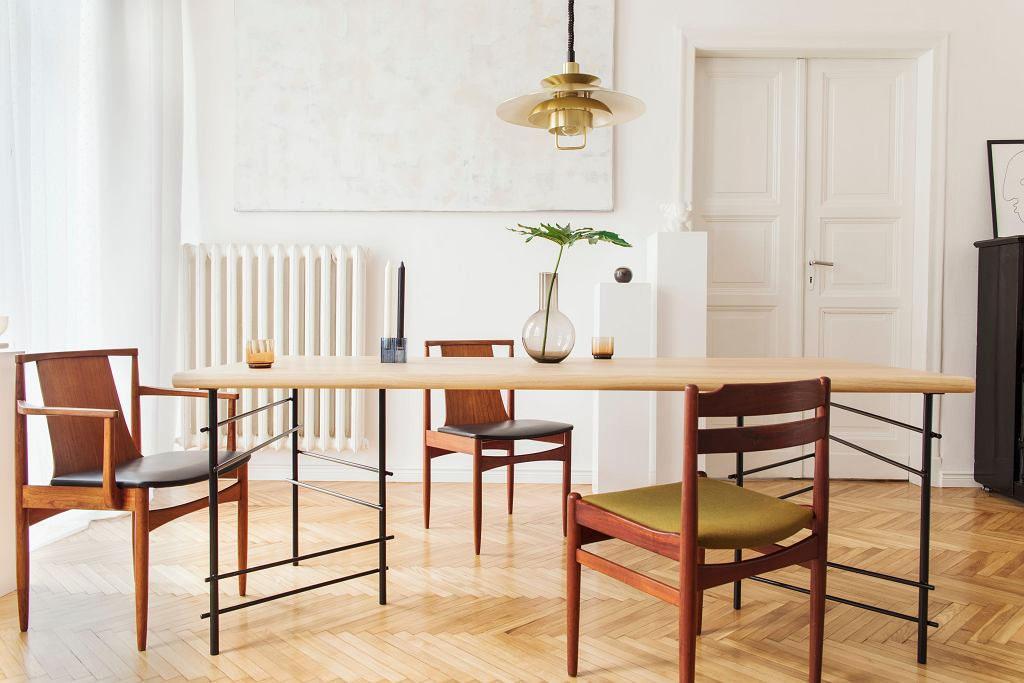 Drewniane krzesła do jadalni.