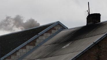 Dym z komina w czasie sezonu grzewczego