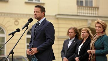 Prezydent Warszawy Rafał Trzaskowski podczas konferencji w sprawie protestu przeciwko ograniczaniu dochodów samorządów poprzez Polski Ład